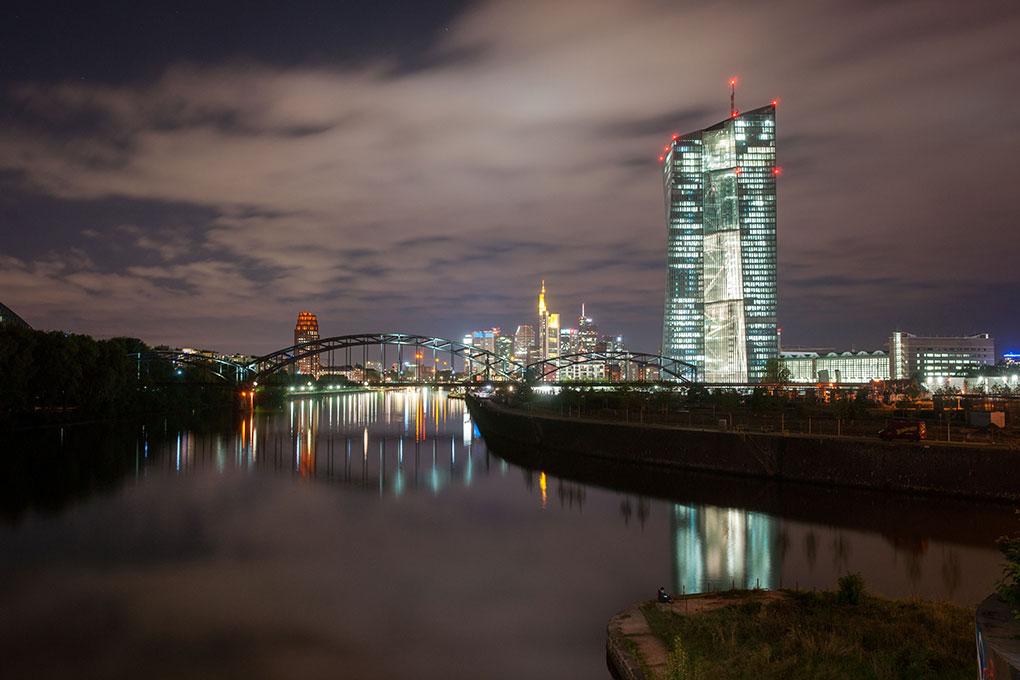 W-Frankfurt-und-EZB-bei-nacht-2